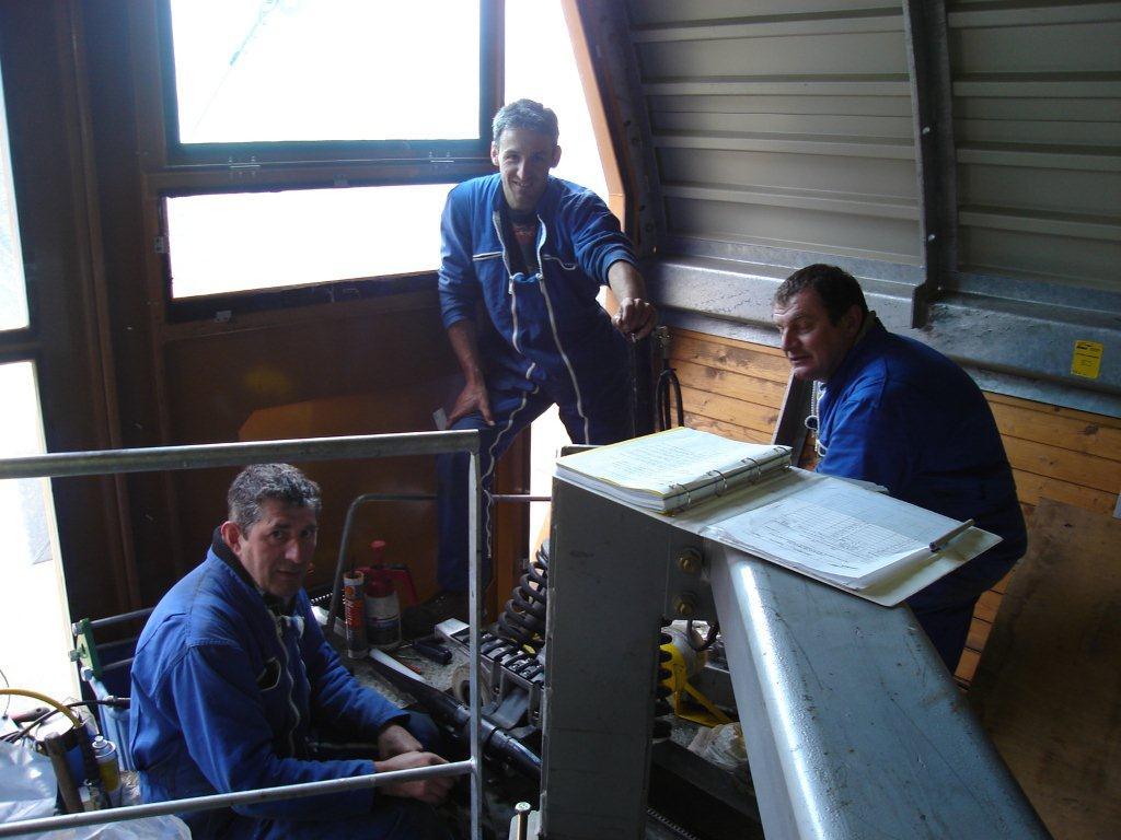 L'équpe de maintenance des télésièges de la station de Piau