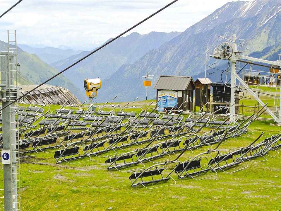 Maintenance estivale des télésièges de Peyragudes: démontage des sièges