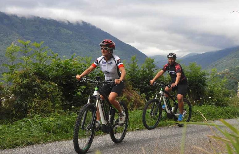 Montée d'un col avec un vélo à assitance électrique - Pyrénées