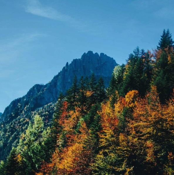 Paysage coloré et étincelant en automne dans les Pyrénées