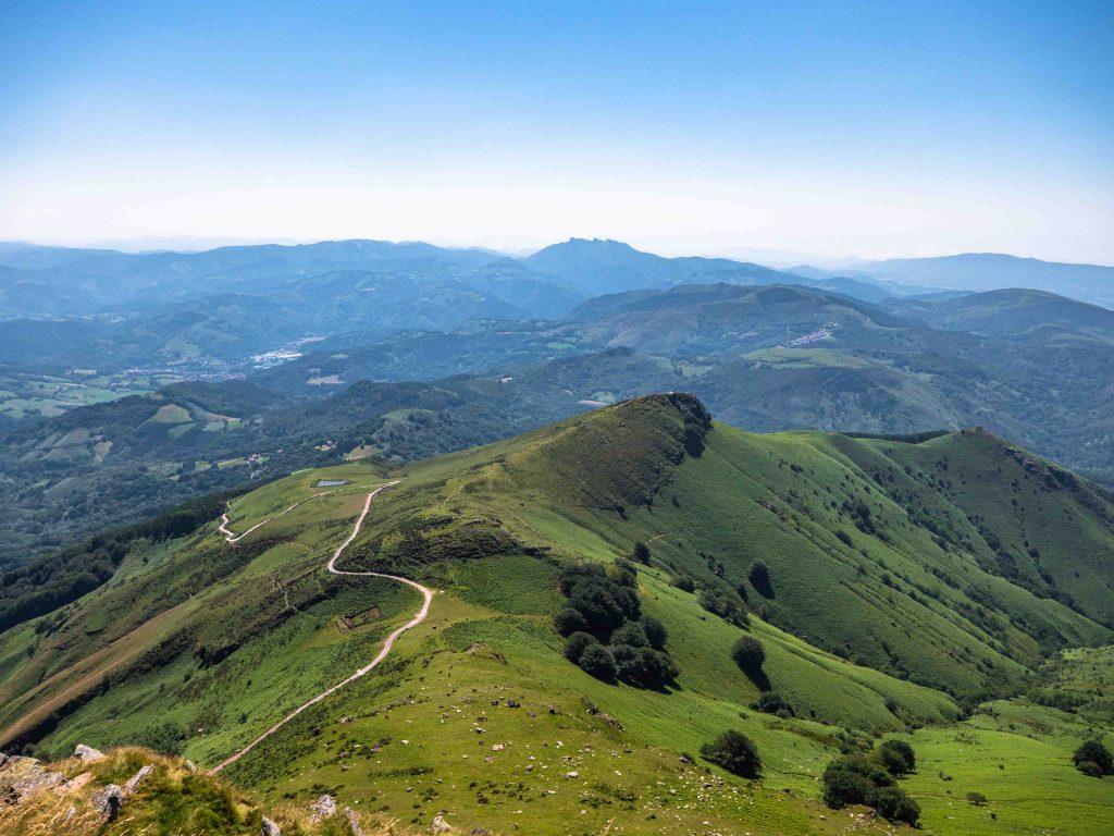 Vue sur les montagnes depuis le train à crémaillère de La Rhune