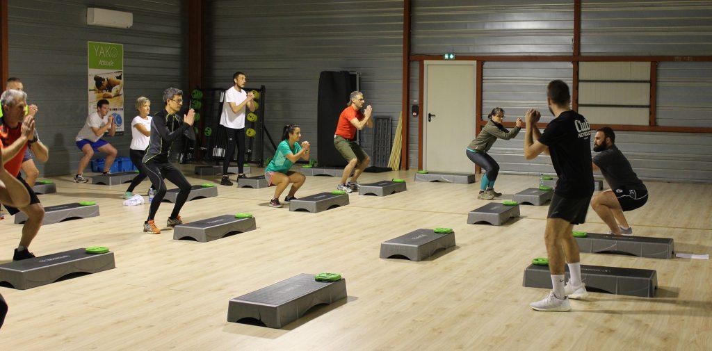 prépa au ski bas du corps : squats pendant un cours de sport en groupe à la salle de l'orange bleue pau