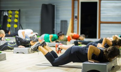 fille sportive dans une salle de sport pendant un cours en groupe